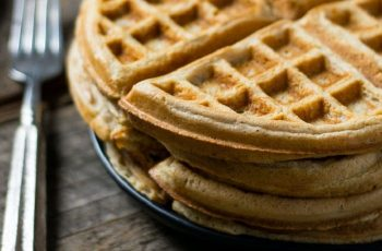 Receta de waffles de pretzels con salsa de cebolletas
